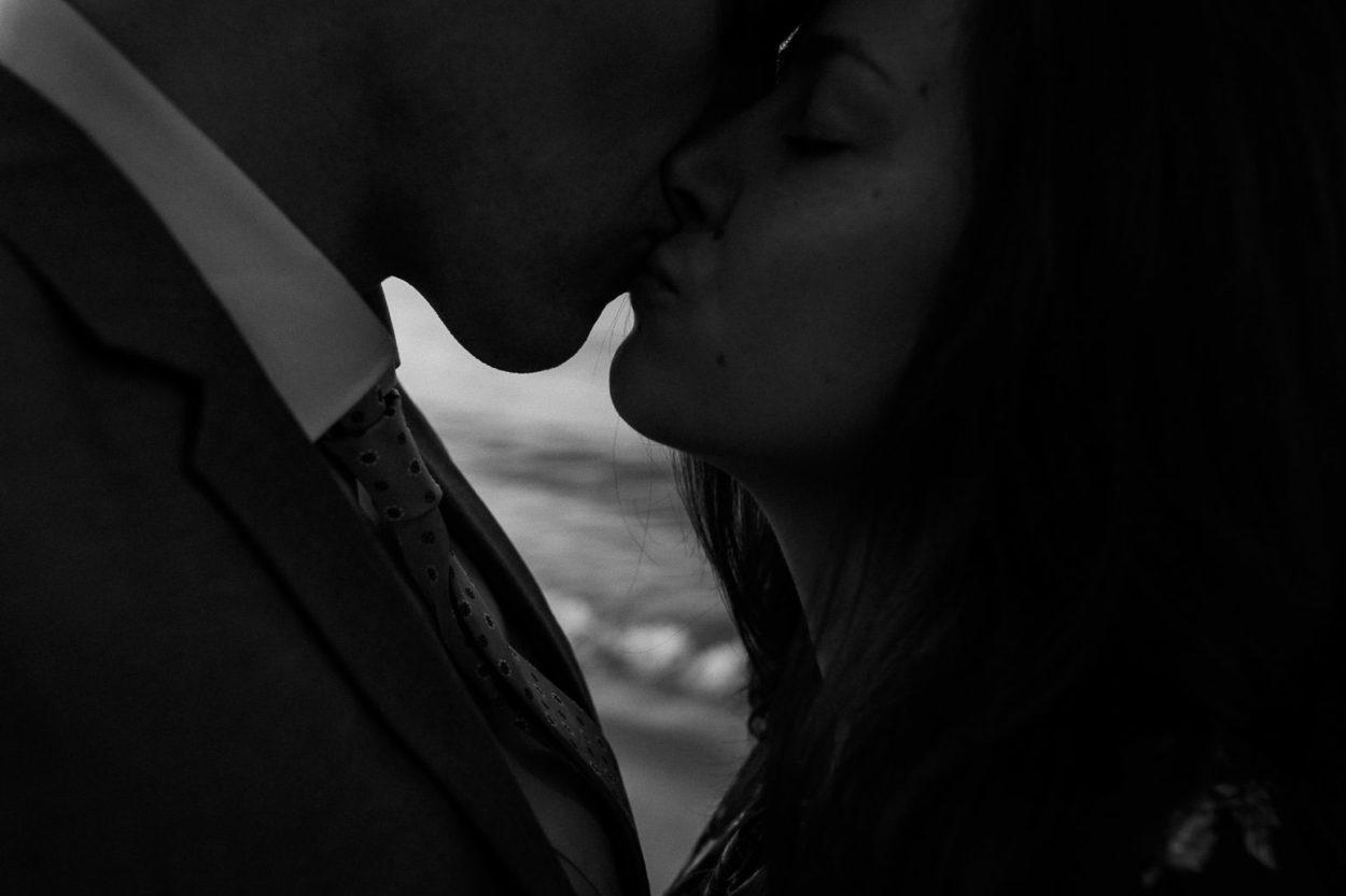 ein küssendes Paar am Elbstrand