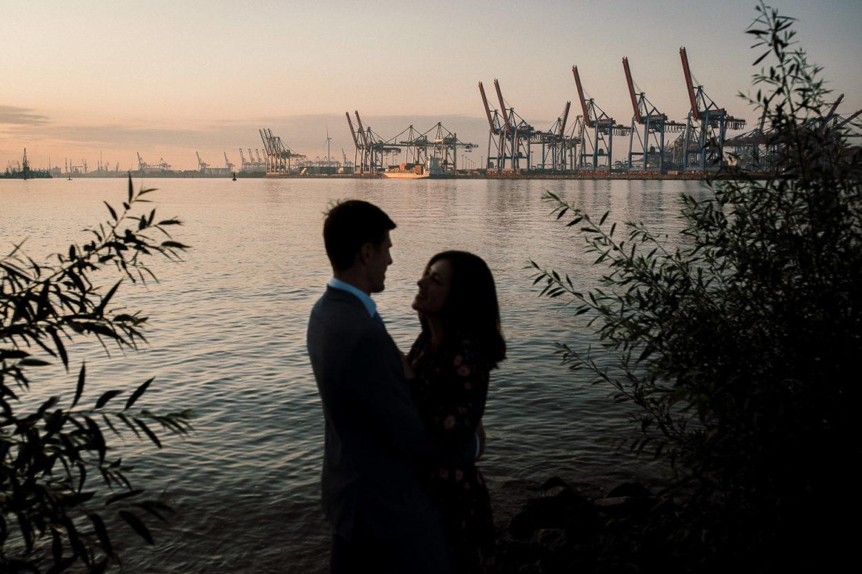 Paarshooting am Hamburger Elbstrand mit Blick auf den Hafen