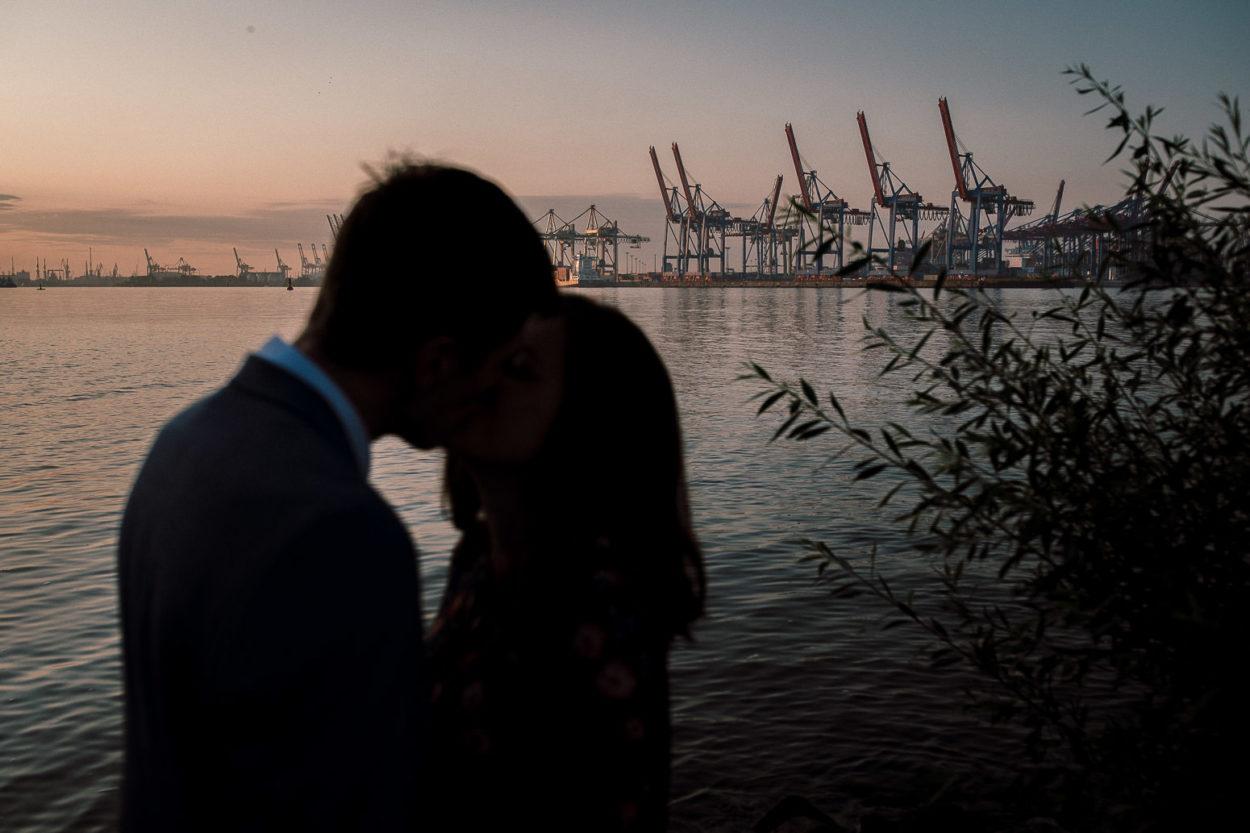Silhuetten vor dem Hamburger Hafen