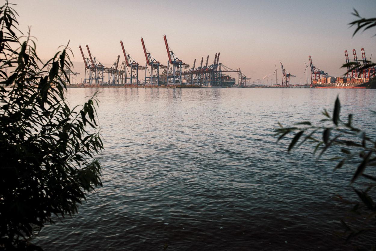 Der Hamburger Containerhafen. Blick vom Elbstrand.